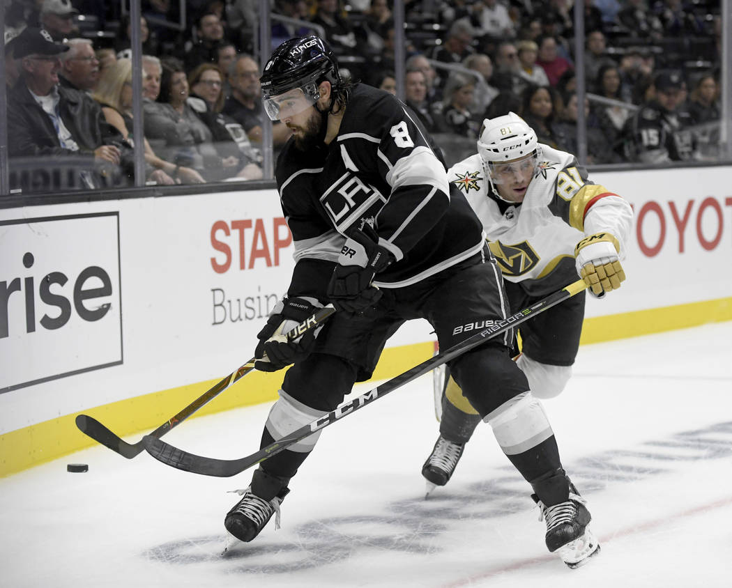 El defensa de Los Ángeles Kings, Drew Doughty (8), pelea por el puck con el centro de los Vegas Golden Knights, Jonathan Marchessault (81), durante el segundo período de un juego de hockey NHL d ...