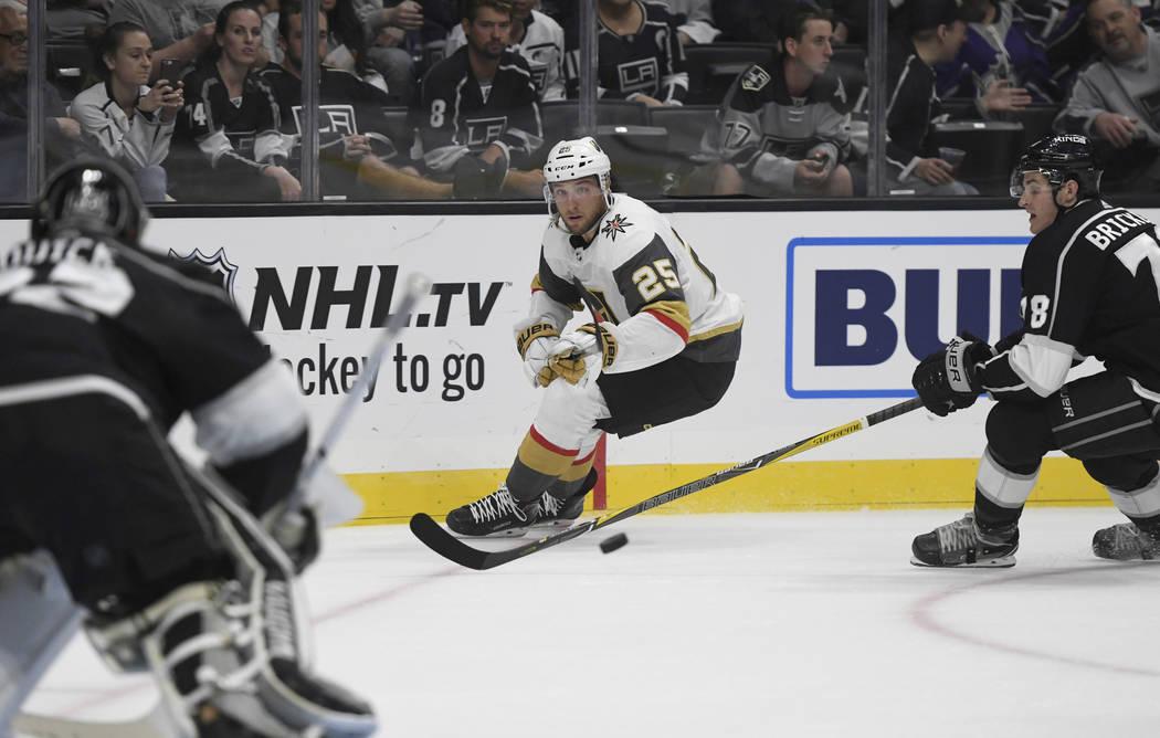 El centro de los Vegas Golden Knights, Stefan Matteau (25), avanza con el puck y el portero de Los Ángeles Kings, Jonathan Quick y el defensa Daniel Brickley (78), defienden durante el segundo pe ...