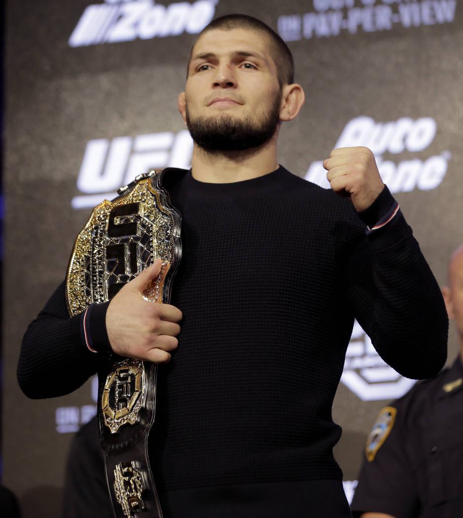 Khabib Nurmagomedov posa para una foto durante una conferencia de prensa en Nueva York, el jueves 20 de septiembre de 2018. Conor McGregor regresará a UFC después de una ausencia de dos años. P ...