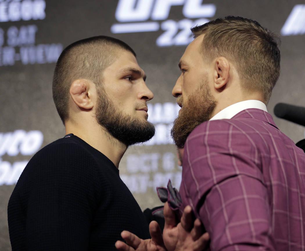 Conor McGregor, a la derecha, y Khabib Nurmagomedov posan para fotos durante una conferencia de prensa en Nueva York, el jueves 20 de septiembre de 2018. McGregor regresará a UFC después de una ...