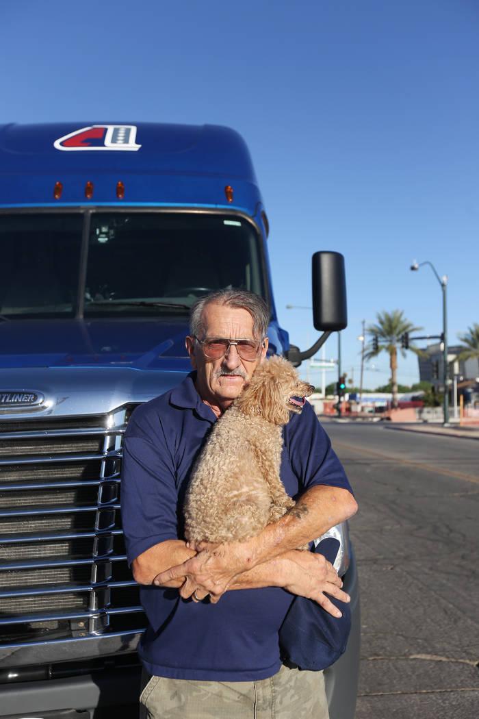 David Schember, el conductor del camión que llevó la escultura de piedra para mostrar en el jardín de curación, con su perro Brigitte Bardot en el Healing Garden de Las Vegas, el jueves 20 de ...