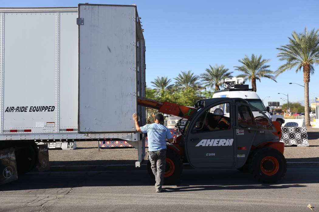 Los trabajadores transportan la escultura de piedra diseñada por el artista Bobby Jacobs al Healing Garden en Las Vegas, el jueves 20 de septiembre de 2018. La parte posterior de las alas tiene l ...
