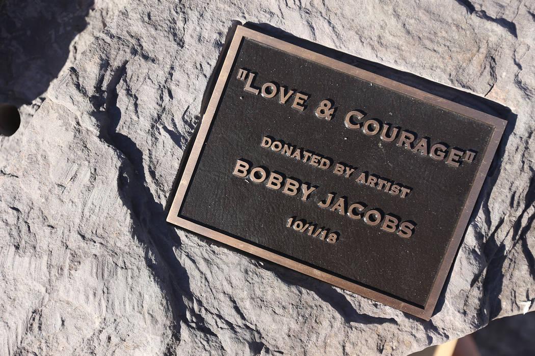La base de la escultura de piedra diseñada por el artista Bobby Jacobs que se colocará en el Healing Garden en Las Vegas, el jueves 20 de septiembre de 2018. La parte posterior de las alas tiene ...