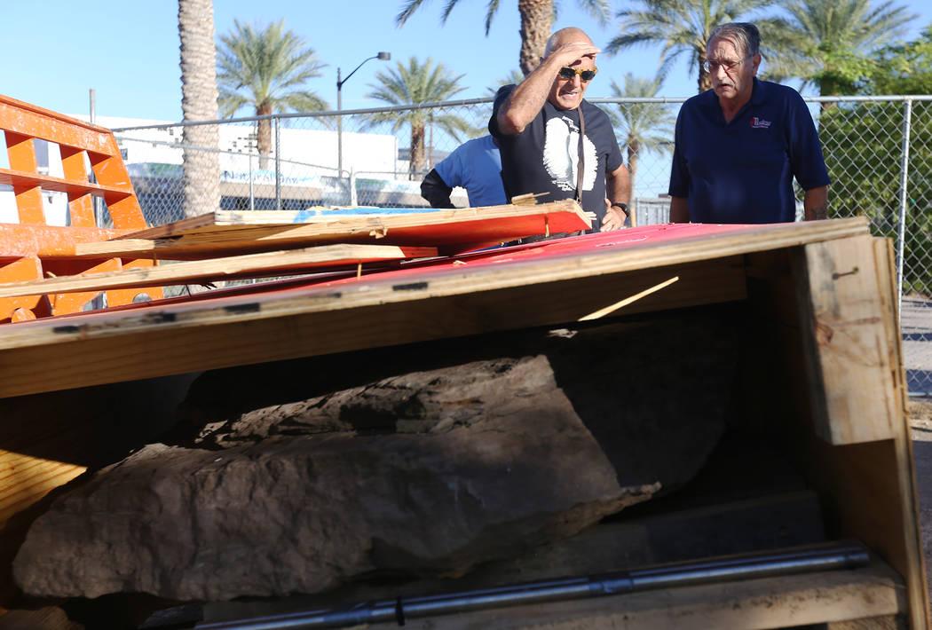 El artista Bobby Jacobs, izquierda, y David Schember, a la derecha, supervisan la instalación de una escultura de piedra que creó para el Healing Garden en Las Vegas, el jueves 20 de septiembre ...