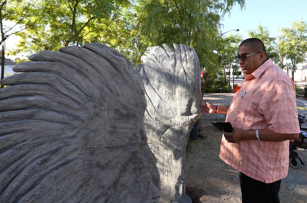 Daniel Rosales, un sobreviviente del tiroteo del 1 de octubre, visita la escultura de dos alas de ángel separadas el viernes 21 de septiembre de 2018 en el Las Vegas Healing Garden. La escultura ...