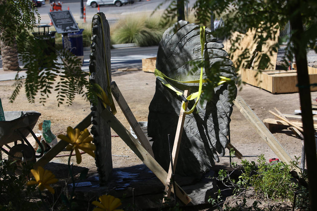 La nueva escultura de piedra de alas de ángel creada por Bobby Jacobs está parcialmente instalada en el Healing Garden de Las Vegas, el jueves 20 de septiembre de 2018. La parte posterior de las ...