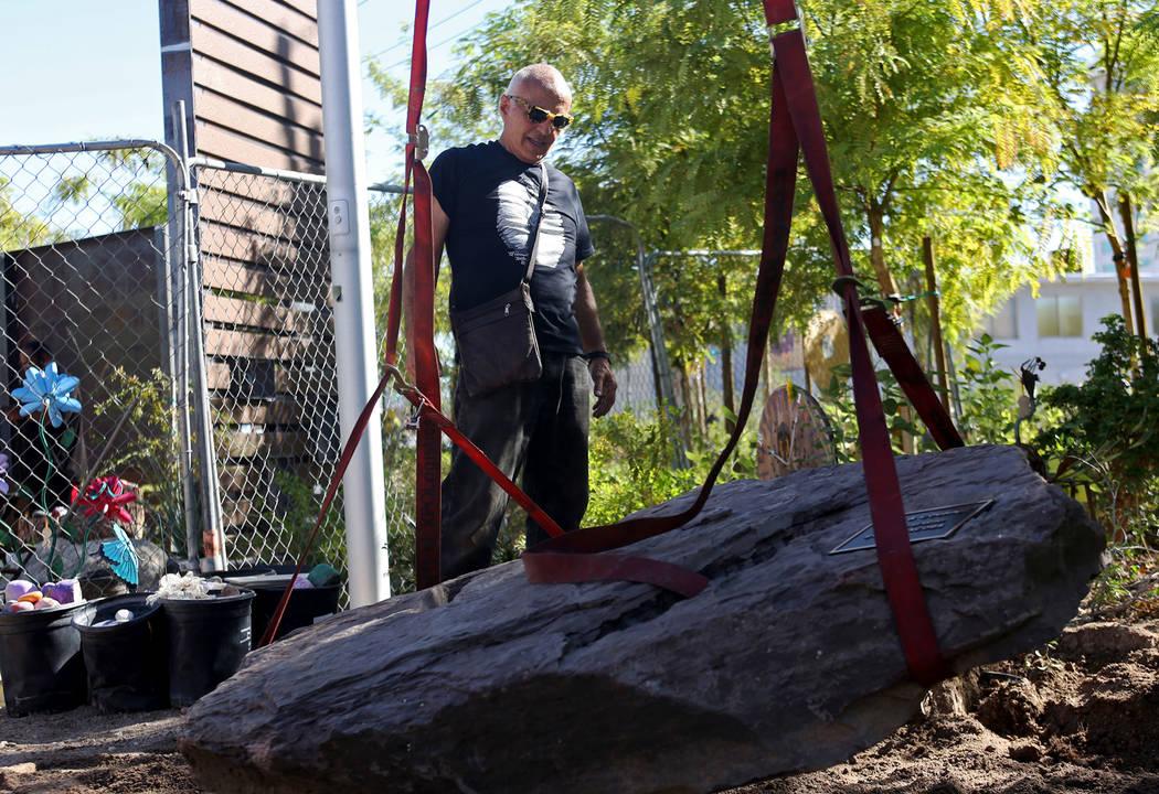 El artista Bobby Jacobs dirige a los trabajadores para la instalación de una escultura de piedra que creó para el Healing Garden en Las Vegas, el jueves 20 de septiembre de 2018. La parte poster ...