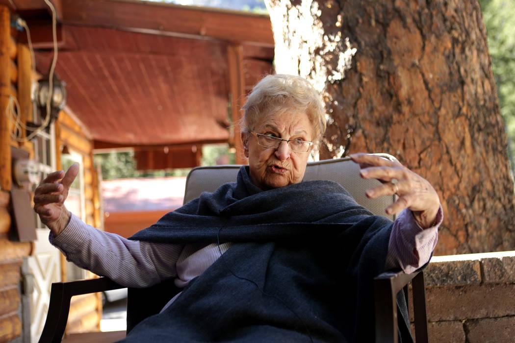 Rose Meranto se sienta frente al tronco de un pino ponderosa que se estima que mide 100 pies de alto y cuenta con 300 años de edad. Creció junto al Monte Charleston hasta que se vio obligada a c ...