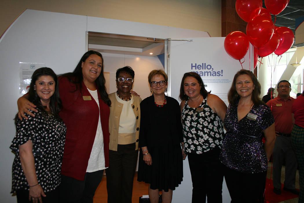 """Diane Chase, vicepresidenta ejecutiva de la UNLV (3ª. desde la derecha) en la apertura de un nuevo cubículo de lactancia llamada """"MAMAVA"""", el 20 septiembre de 2018 en la UNLV. Foto Valdemar ..."""