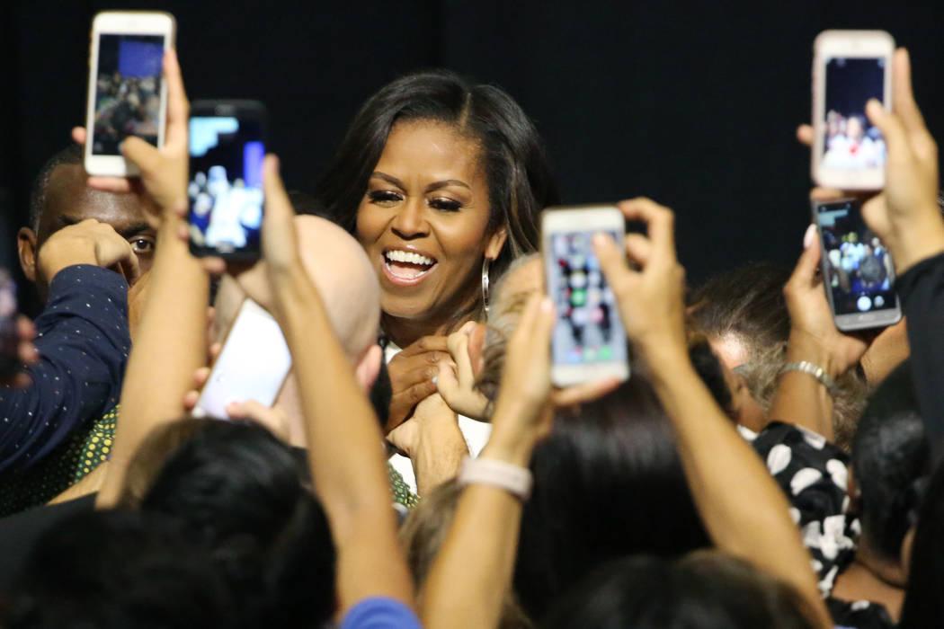 La ex primera dama Michelle Obama les da la mano a los asistentes a la manifestación durante una manifestación de inscripción de votantes el domingo 23 de septiembre de 2018 en Las Vegas. Obama ...