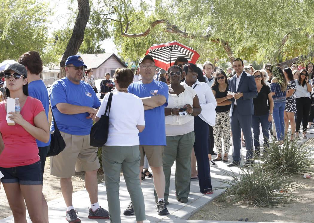 La gente se alineó en Chaparral High School donde la ex primera dama Michelle Obama habló durante una reunión de inscripción de votantes el domingo 23 de septiembre de 2018 en Las Vegas. Obama ...