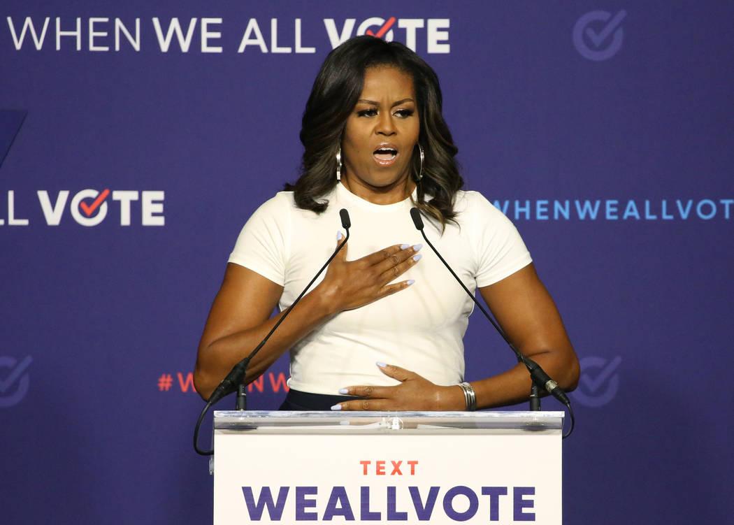 La ex primera dama Michelle Obama reacciona ante la multitud después de tomar el podio durante una manifestación de inscripción de votantes el domingo 23 de septiembre de 2018 en Las Vegas. Oba ...