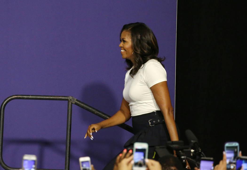 La ex primera dama Michelle Obama sube al podio para hablar en una reunión de inscripción de votantes el domingo 23 de septiembre de 2018 en Las Vegas. Obama presiona para aumentar el registro d ...