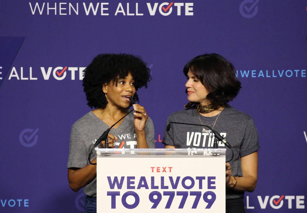 La actriz Kelly McCreary, a la izquierda, habla mientras Lana Parrilla observa durante una reunión de inscripción de votantes el domingo 23 de septiembre de 2018 en Las Vegas. Bizuayehu Tesfaye ...