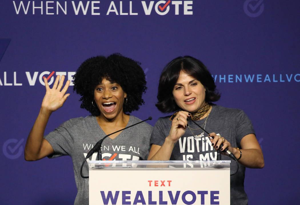 Las actrices Kelly McCreary, izquierda, y Lana Parrilla suben al podio durante una reunión de inscripción de votantes el domingo 23 de septiembre de 2018 en Las Vegas. Bizuayehu Tesfaye / Las Ve ...