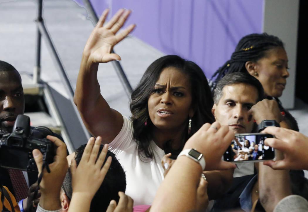 La ex primera dama Michelle Obama saluda al público después de hablar en una reunión de inscripción de votantes el domingo 23 de septiembre de 2018 en Las Vegas. Obama presiona para aumentar e ...
