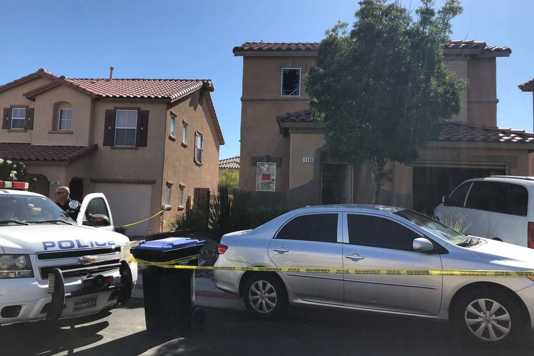 La policía de Henderson investiga el viernes 21 de septiembre de 2018. La policía encontró a cuatro personas muertas dentro de una casa en llamas después de reportes de un tiroteo durante un d ...