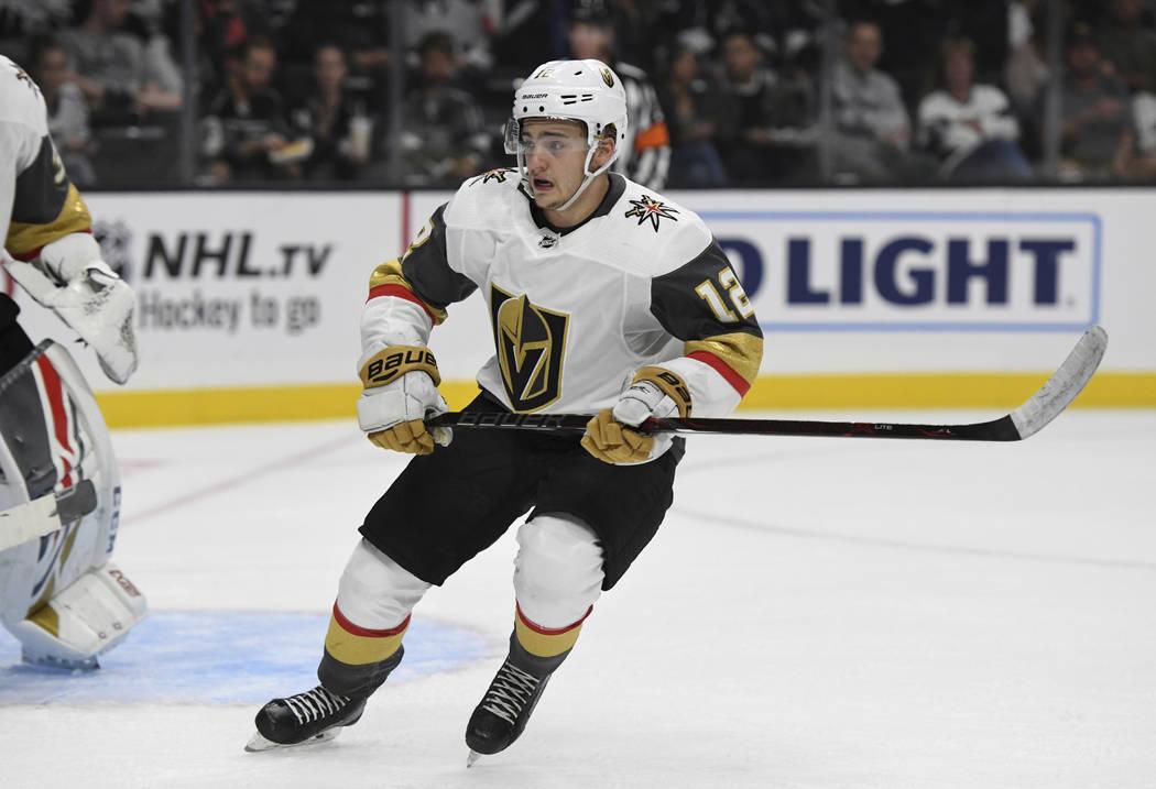 El defensor de Vegas Golden Knights, Erik Brannstrom, de Suecia, en acción contra los Kings de Los Ángeles durante un juego de hockey NHL de pretemporada, el jueves 20 de septiembre de 2018 en L ...