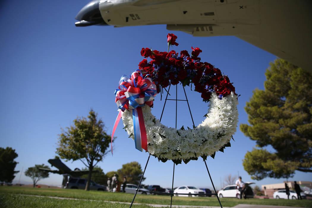 Una corona ceremonial durante una ceremonia del Día de reconocimiento de prisioneros de guerra/MIA en el Parque de la Libertad dentro de la Base de la Fuerza Aérea Nellis en Las Vegas, viernes, ...