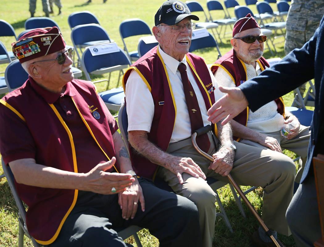 Prisioneros de guerra militares de izquierda, Gene Ramos, Dean Whitaker y Vincent Shank asisten a una ceremonia del Día de Reconocimiento de POW/MIA en el Freedom Park dentro de la Base Aérea Ne ...