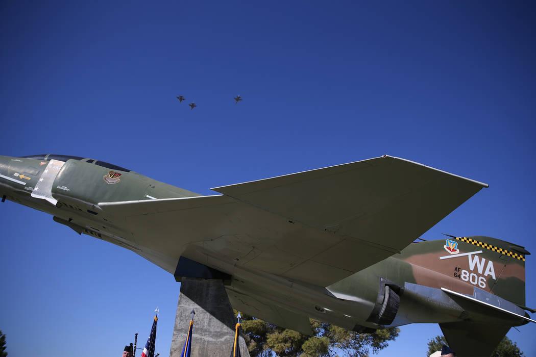 Tres F-16 Fighting Falcons realizan un sobrevuelo durante una ceremonia del Día de Reconocimiento POW/MIA en el Freedom Park dentro de la Base Aérea Nellis en Las Vegas, el viernes 21 de septiem ...