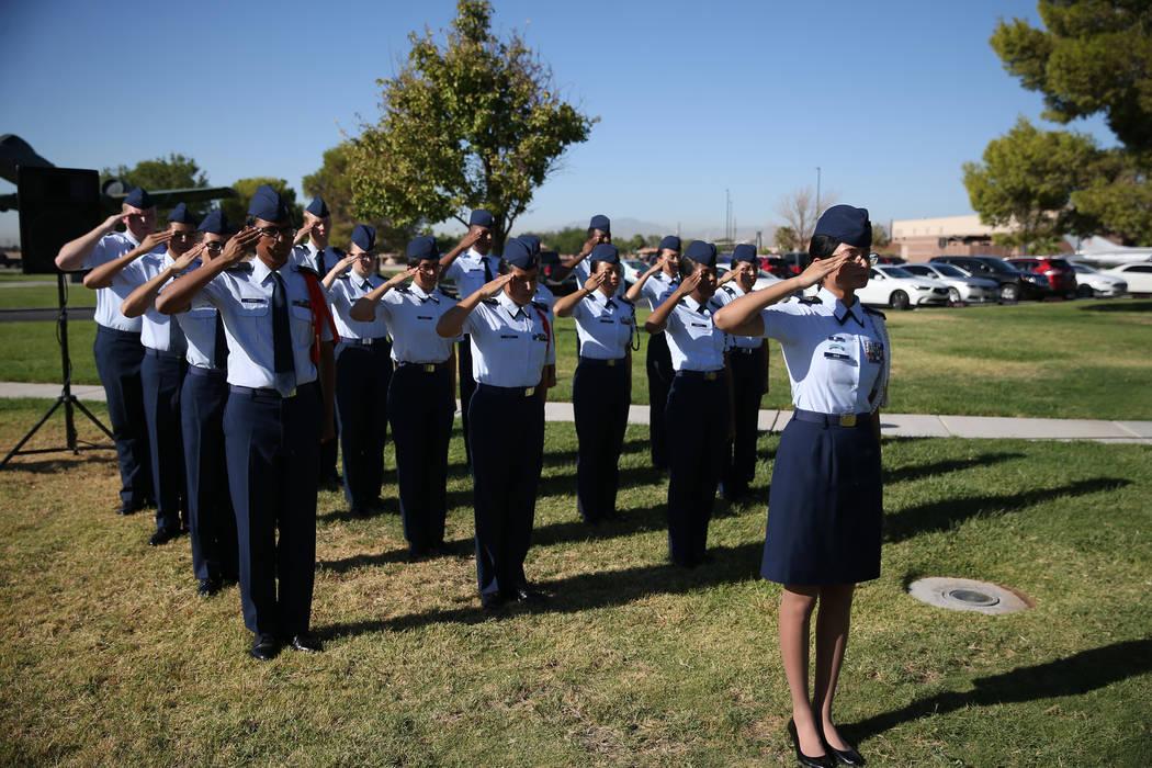 La coronela cadete JROTC de Rancho, Carlette Dias, a la derecha, saluda durante una ceremonia del Día de Reconocimiento de prisioneros de guerra/MIA en el Freedom Park dentro de la Base Aérea Ne ...