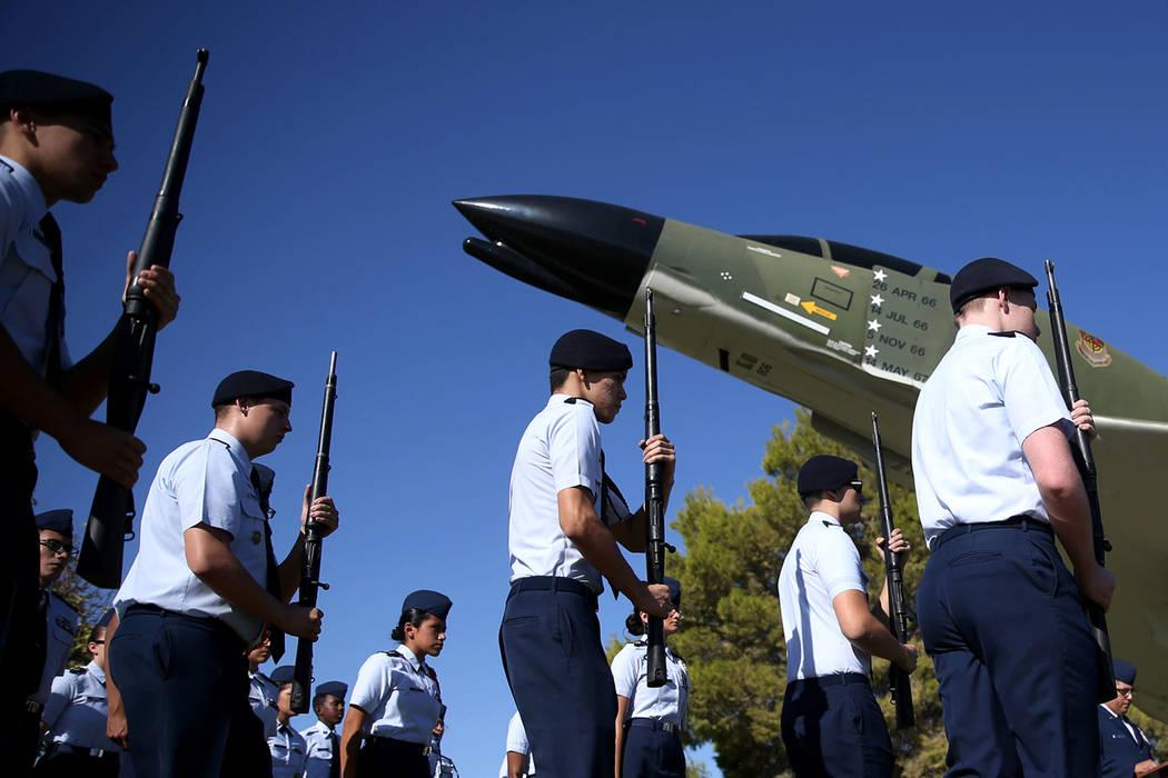 El equipo de perforación armada JROTC de Rancho High School se prepara para realizar un simulacro durante una ceremonia del Día de Reconocimiento de prisioneros de guerra/ MIA en el Freedom Park ...