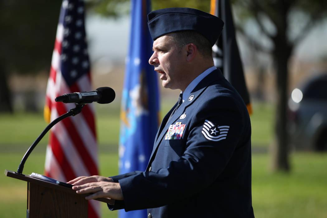 El Coronel de la Fuerza Aérea de EE.UU.: Erick Gilbert habla durante una ceremonia del Día de Reconocimiento de prisioneros de guerra/MIA en el Parque Freedom dentro de la Base de la Fuerza Aér ...