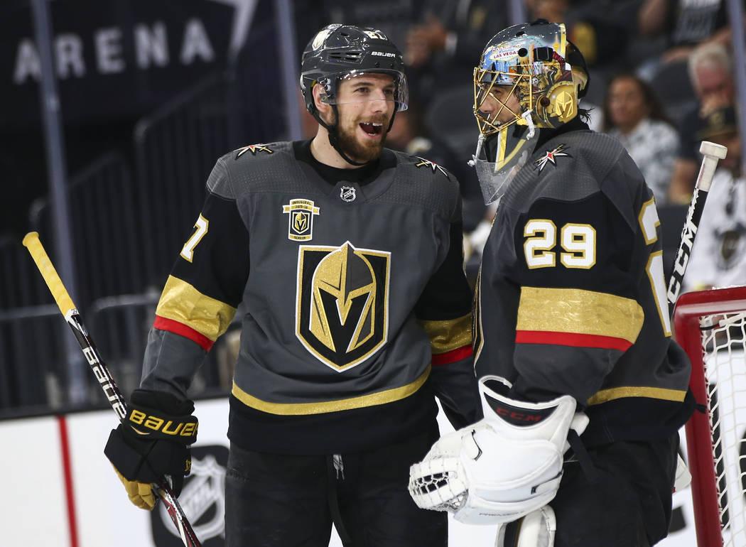 El defensor de los Golden Knights Shea Theodore (27), habla con el portero Marc-André Fleury (29) durante el segundo período del Juego 3 de la serie de playoffs de hockey sobre hielo contra Winn ...
