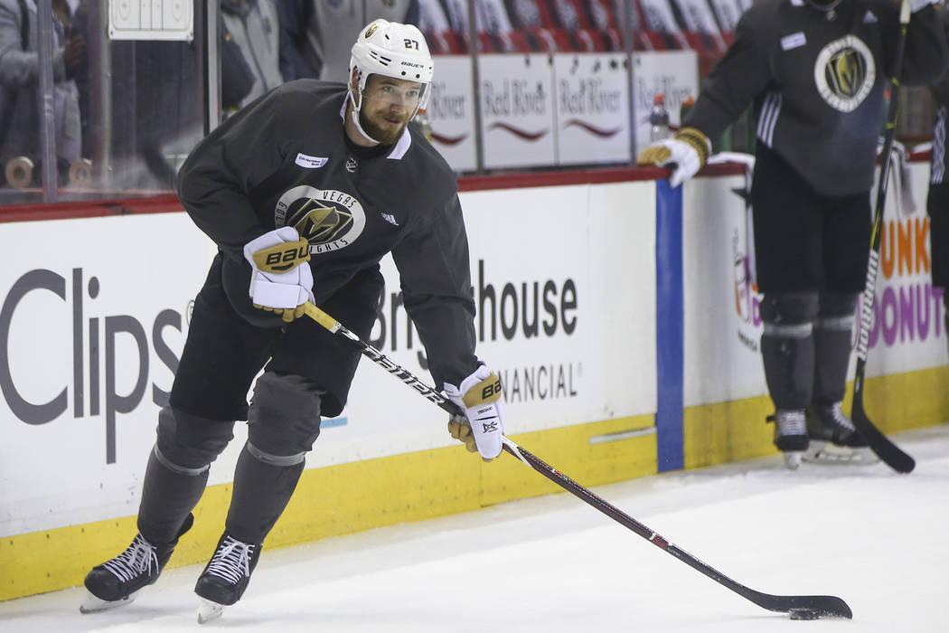 El defensor de los Caballeros Dorados, Shea Theodore (27), patina con el puck durante la práctica en Capital One Arena en Washington el viernes 1 de junio de 2018. Los Caballeros Dorados están p ...