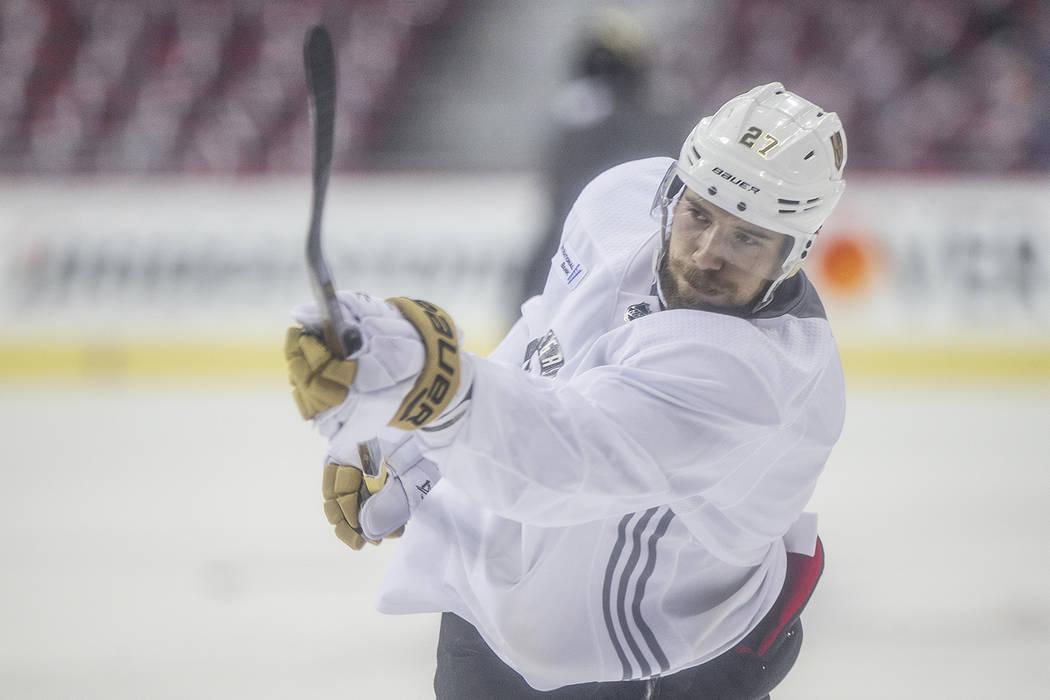 El defensor de los Golden Knights Shea Theodore (27) realiza un tiro durante la práctica previa al Juego 4 de la Final de la Copa Stanley de la NHL con los Washington Capitals el lunes 4 de junio ...