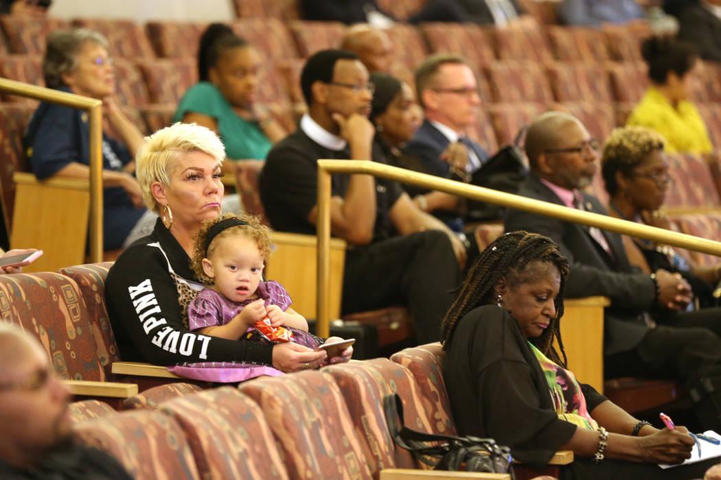 Miembros de la audiencia durante una revisión pública de pruebas en las cámaras de la Comisión del Condado de Clark el lunes, 24 de septiembre de 2018, con respecto a la muerte de Tashii Brown ...
