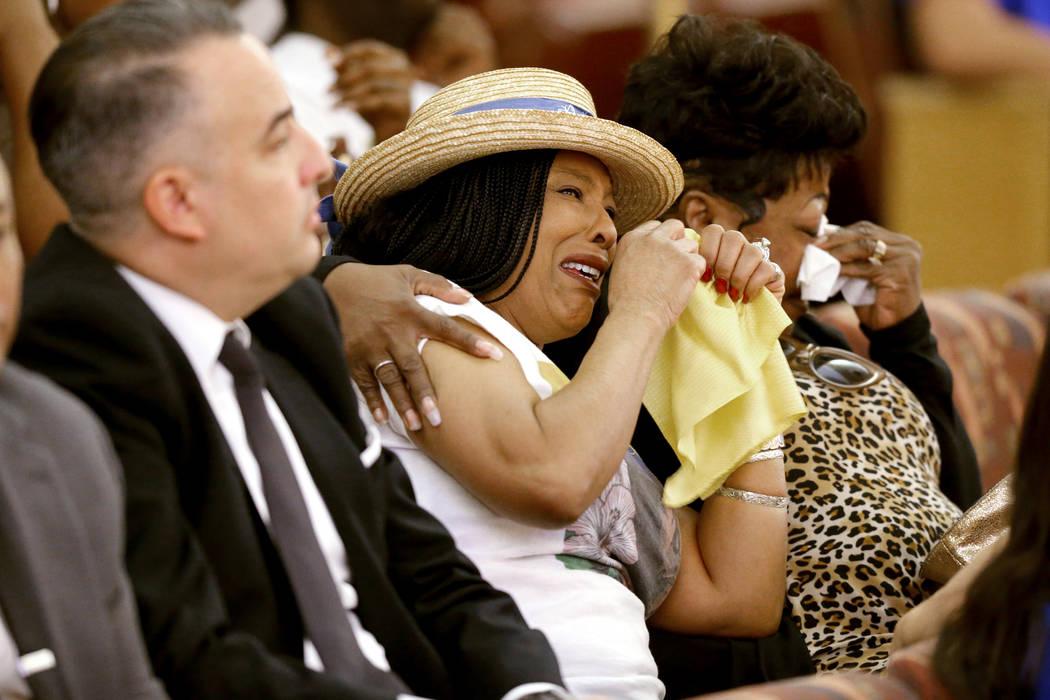 Trinita Farmer, centro, madre de Tashii Brown, quien murió después de un altercado con la policía de Las Vegas en mayo de 2017, ve una imagen de su hijo durante una revisión pública de prueba ...