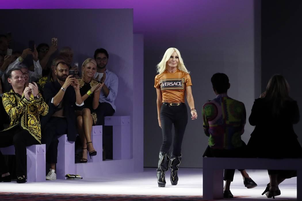 Donatella Versace llega a la pasarela al final de la colección Primavera-Verano femenina de 2019 de Versace, presentada durante la Semana de la Moda en Milán, Italia, el 21 de septiembre de 2018 ...