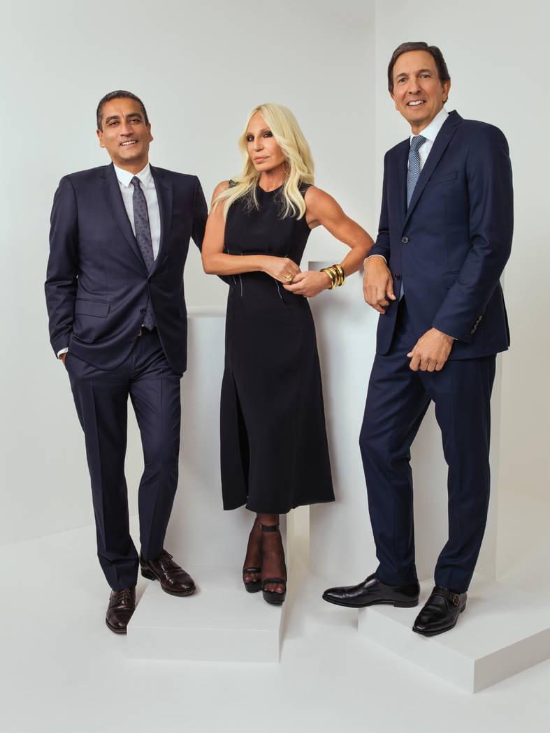 Esta foto sin fecha proporcionada por Michael Kors muestra desde la izquierda, el CEO de Versace, Jonathan Akeroyd, Donatella Versace, y el presidente y CEO de Michael Kors, John D. Idol. Michael ...