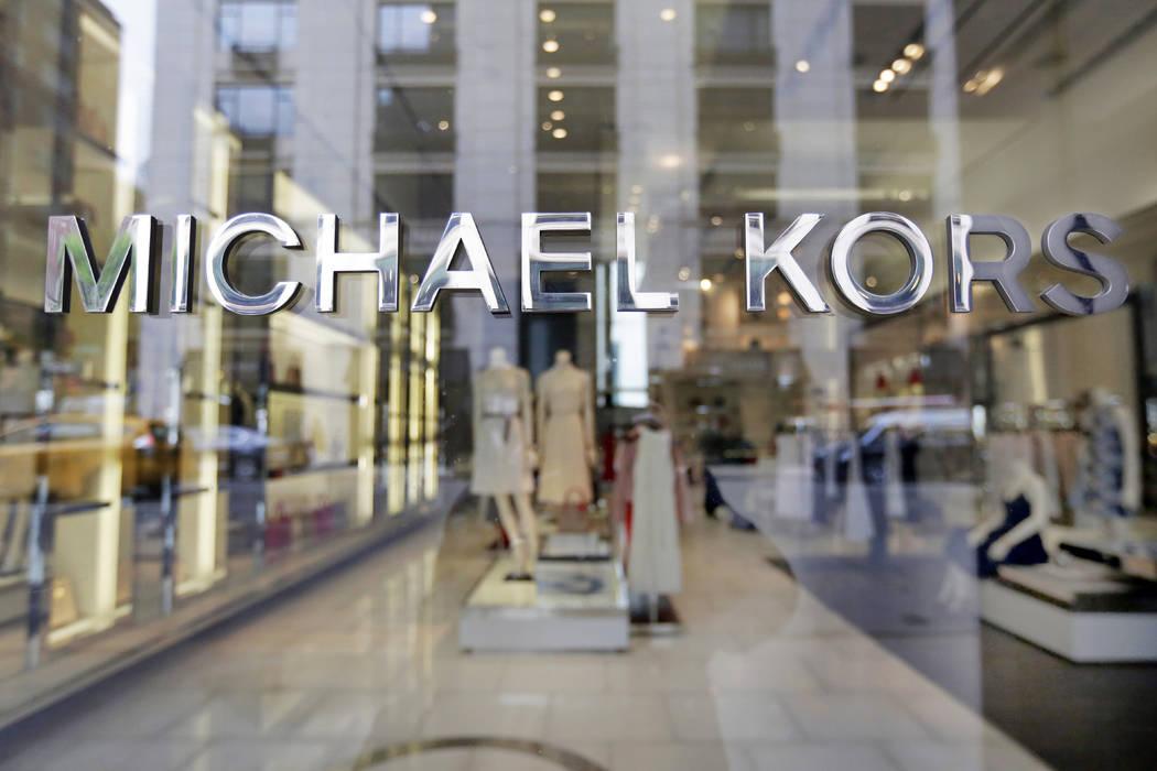 El nombre de Michael Kors adorna su tienda en Madison Avenue, en Nueva York, el 31 de mayo de 2017. (AP Photo / Richard Drew, archivo)