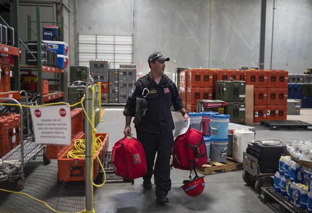 Jason Ritz del Departamento de Bomberos del Condado de Clark descarga el equipo empacado utilizado para la misión de ayuda del Huracán Florence mientras el Nevada Task Force 1 regresa de las ár ...