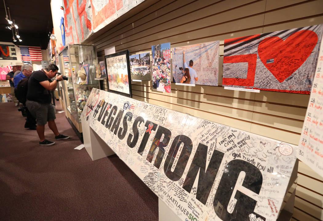 Los artefactos utilizados para honrar a las víctimas asesinadas en el tiroteo del festival Route 91 Harvest se exhibirán el 24 de septiembre de 2018 en el Museo del Condado de Clark en Henderson ...