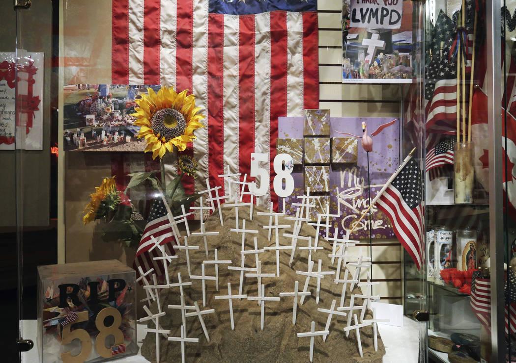 Los artefactos usados para honrar a las víctimas muertas en el tiroteo del festival Route 91 Harvest se exhiben en el Museo del Condado de Clark el lunes 24 de septiembre de 2018 en Henderson. (B ...