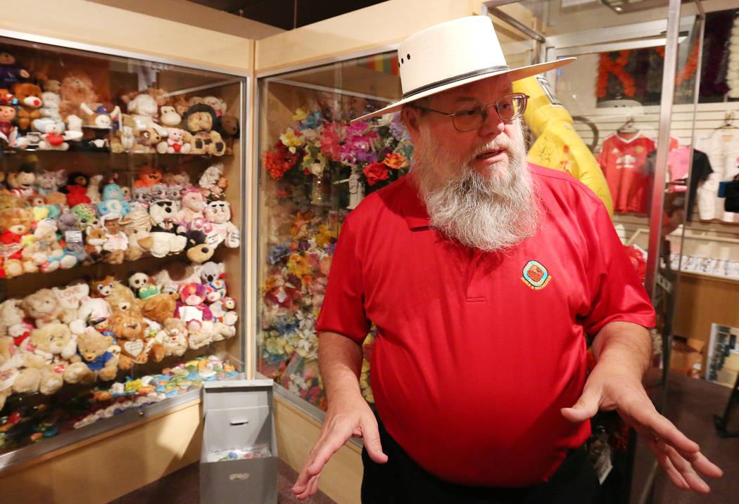 """Mark Hall-Patton, administrador del sistema del Museo del Condado de Clark, habla sobre la exposición """"Cómo lloramos: artefactos de monumentos conmemorativos del 1 de octubre"""" en el museo el lun ..."""