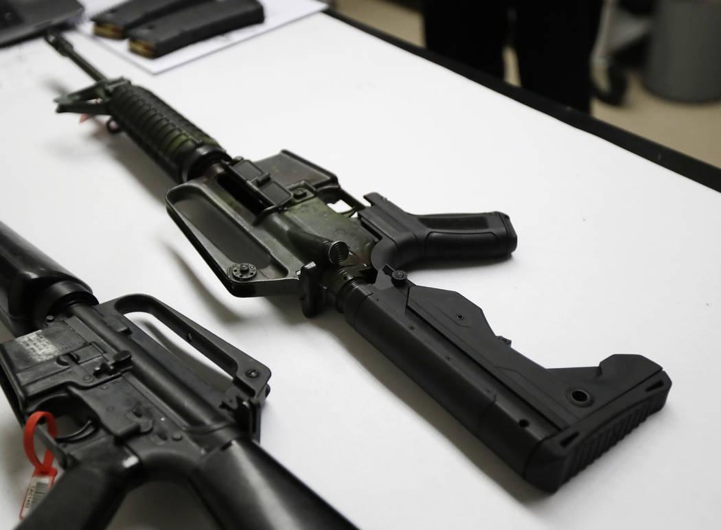 Un rifle semiautomático que ha sido equipado con un dispositivo llamado automatizador, el cual permite que dispare más rápido, se encuentra sobre una mesa en el laboratorio criminalista de la P ...