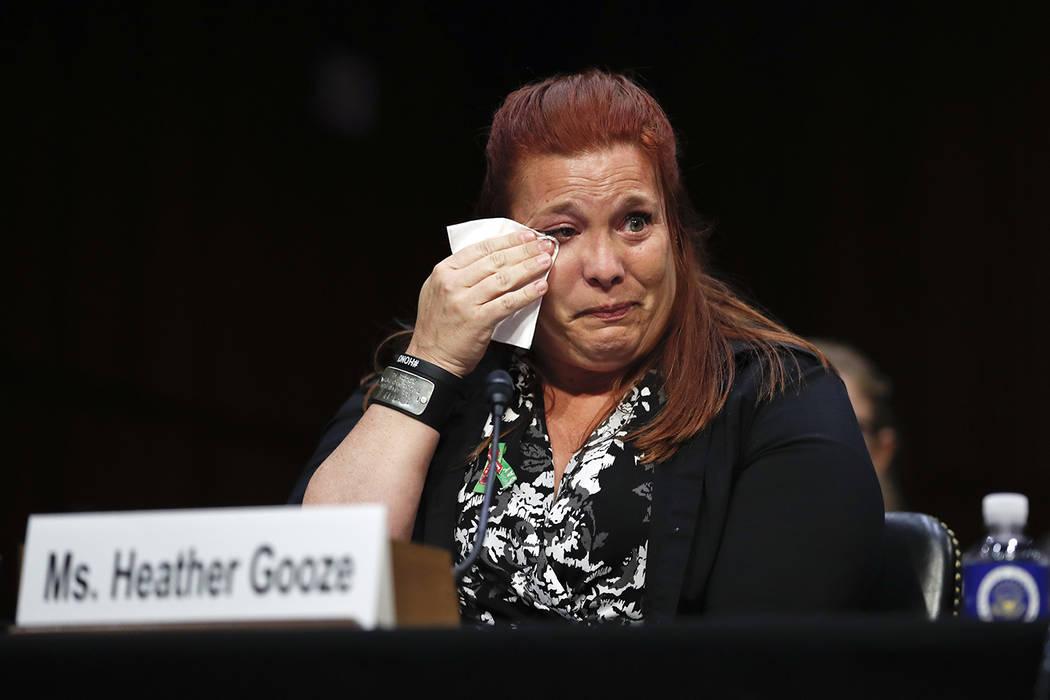 Heather Gooze, testigo de tiroteo en Las Vegas, llora mientras testifica durante una audiencia del Comité Judicial del Senado en Capitol Hill, Washington, el miércoles 6 de diciembre de 2017, ti ...