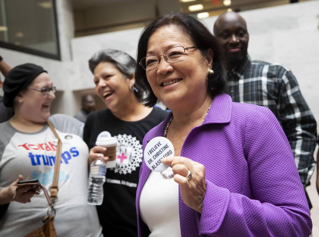 La senadora Mazie Hirono, demócrata de Hawái, miembro del Comité Judicial del Senado, es recibida por los manifestantes que se oponen al candidato a la Corte Suprema del presidente Donald Trump ...