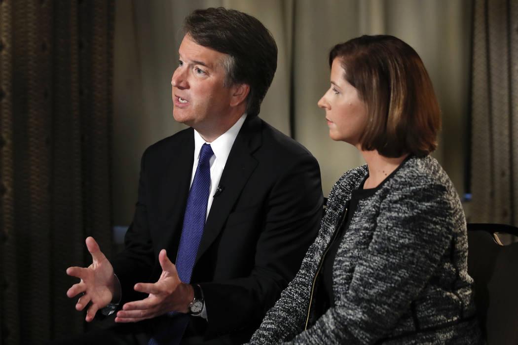 Brett Kavanaugh mira a su esposa Ashley Estes Kavanaugh al inicio de una entrevista de FOX News con Martha MacCallum, el lunes 24 de septiembre de 2018, en Washington, sobre las denuncias de condu ...
