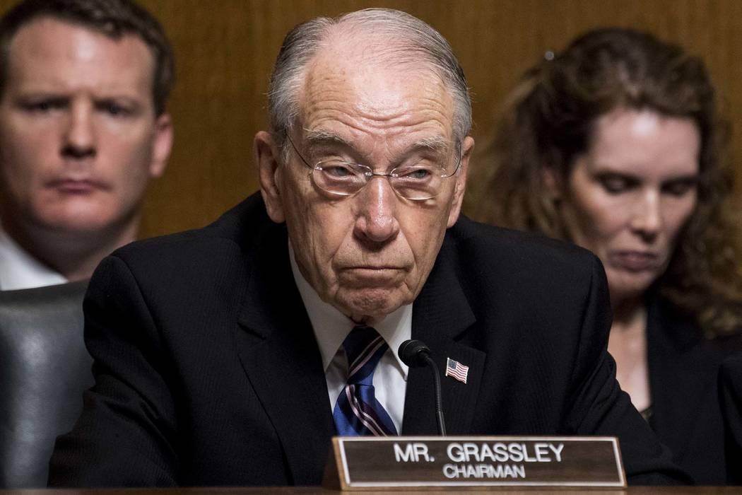 El presidente del Comité Judicial del Senado, Chuck Grassley, R-Iowa, escucha cómo Christine Blasey Ford testifica durante la audiencia del Comité Judicial del Senado, el jueves 27 de septiembr ...