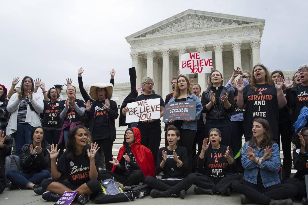 Las mujeres que apoyan a Christine Blasey Ford se manifiestan ante el Tribunal Supremo en Washington el jueves 27 de septiembre de 2018. El Comité Judicial del Senado celebrará hoy una audiencia ...