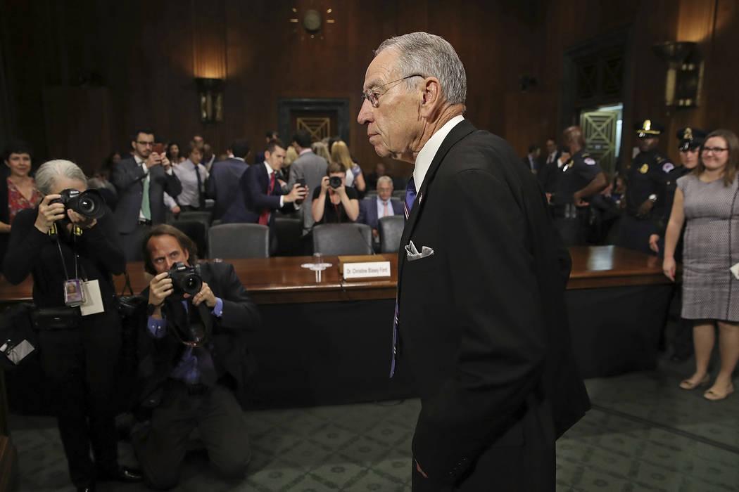 El presidente del Comité Judicial del Senado, Chuck Grassley, R-Iowa, llega a la audiencia del Comité Judicial del Senado, el jueves 28 de septiembre de 2018 en Washington. El Comité Judicial d ...