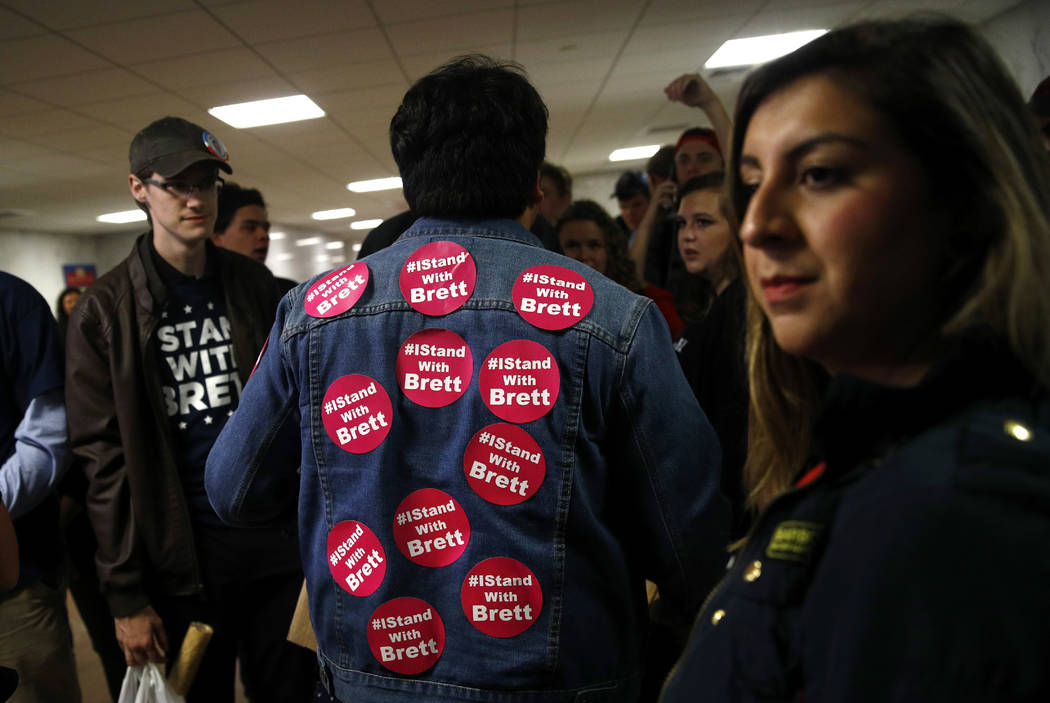 Los partidarios de Brett Kavanaugh, nominado a la Corte Suprema, se reúnen en el edificio de la Oficina del Senado de Hart en Capitol Hill, Washington, el jueves 27 de septiembre de 2018. El Comi ...