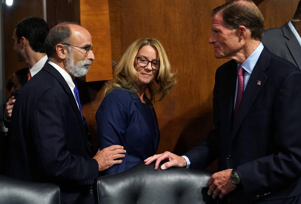 Christine Blasey Ford, centro, llega a declarar ante el Comité Judicial del Senado en Capitol Hill en Washington, jueves 27 de septiembre de 2018. (Foto AP/Andrew Harnik, grupo)