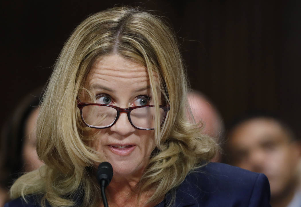 Christine Blasey Ford escucha mientras testifica ante una audiencia del Comité Judicial del Senado, el jueves 27 de septiembre de 2018 en el Capitolio de Washington. (Jim Bourg / Pool Photo a tra ...